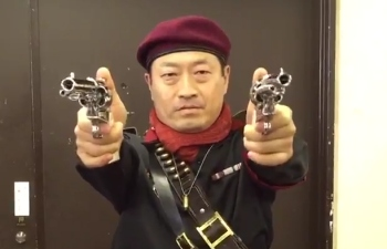 Watch the motion capture actor for Ocelot in MGS3 twirl some guns in real life
